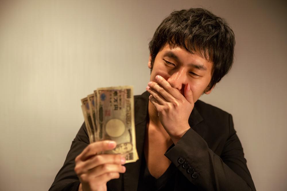 お金を手にする男性