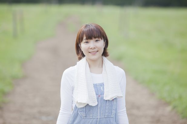 北海道の牧場の女性