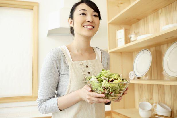 笑顔で料理をする主婦