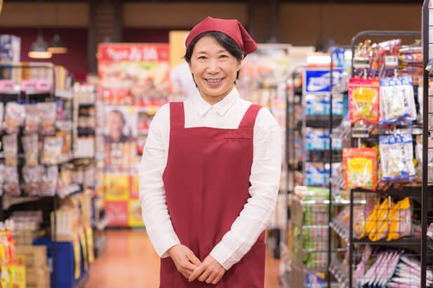 スーパーで働くパート女性のポートレート