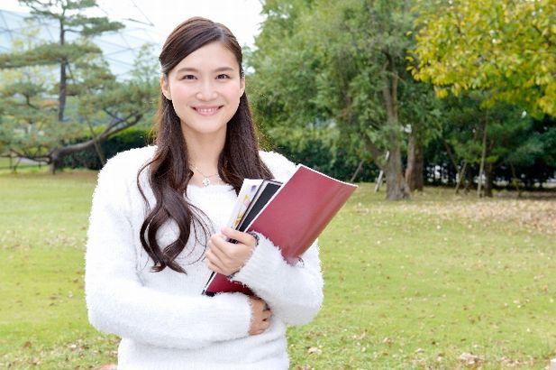 参考書とノートを持った日本人女子学生