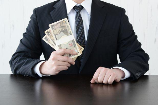 300万円を手に持つサラリーマン