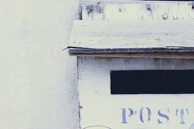 白い郵便受け